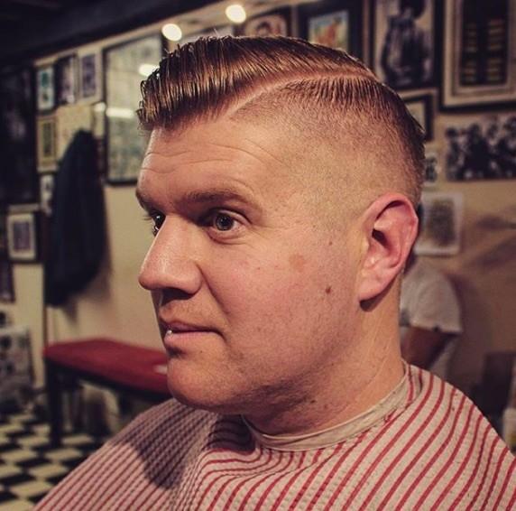 Coiffures pour hommes aux cheveux fins : Homme dont les côtés sont rasés et dont la coiffure est en touffe.