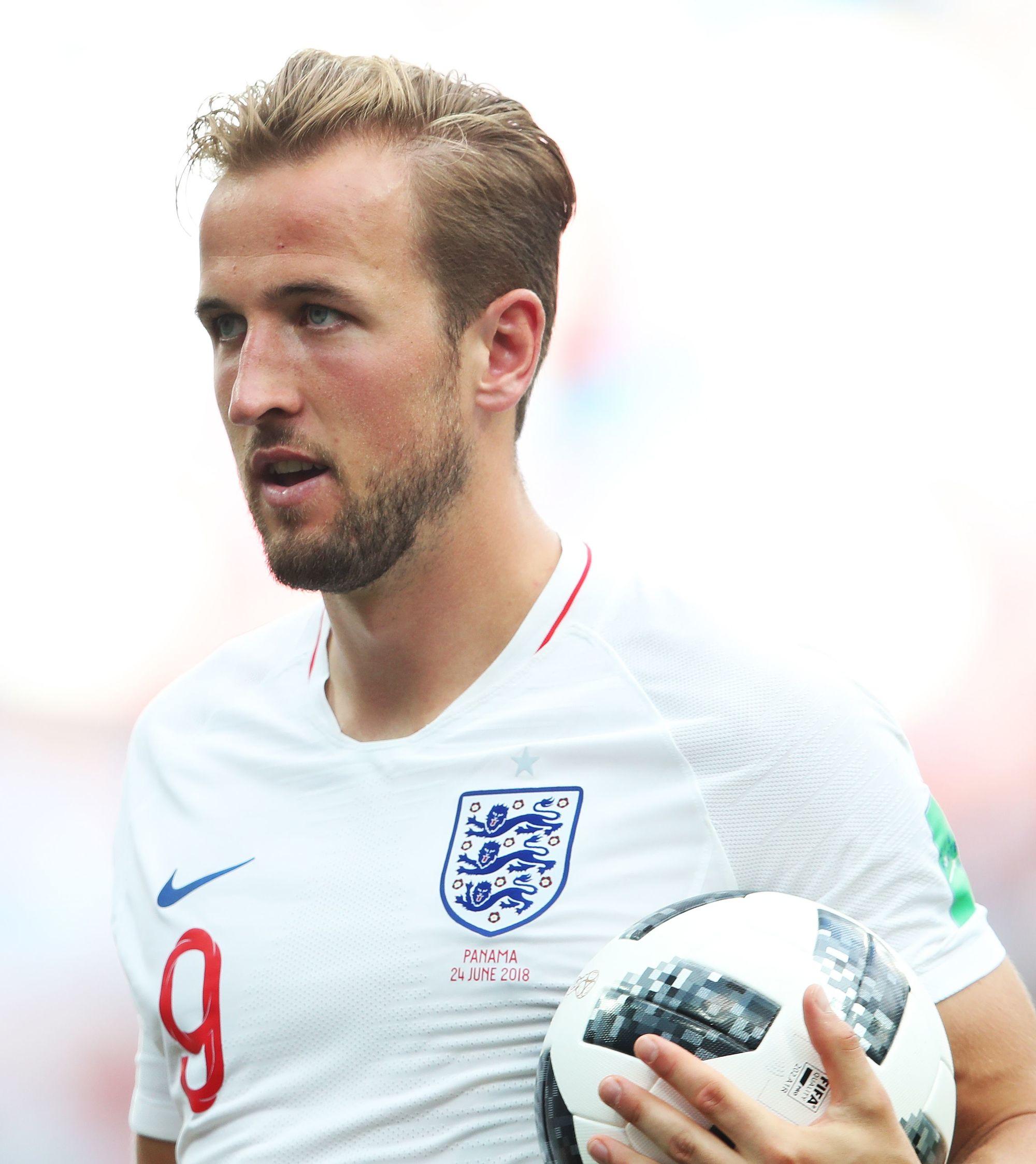 coiffures de footballeurs : les cheveux blonds de harry kane dans la raie latérale ont été balayés lors du match Angleterre-Panama