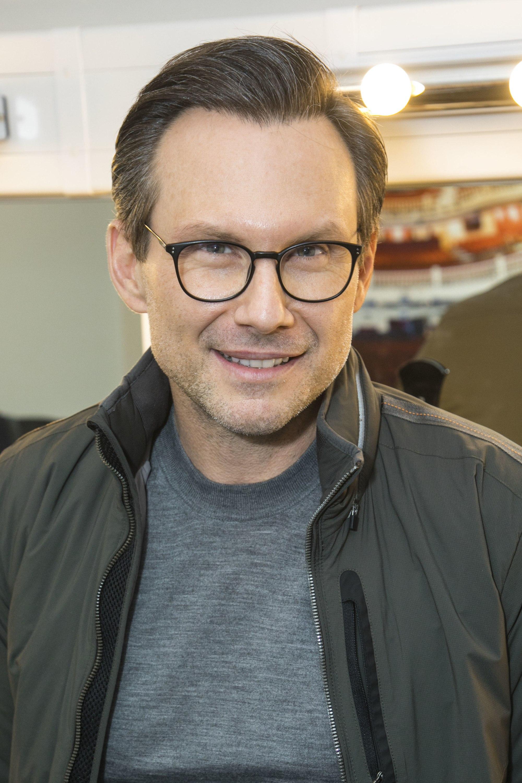 Coiffures pour hommes aux cheveux fins : Christian Slater portant des lunettes avec des cheveux lisses