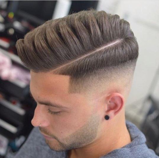 photo du dessus d'un type aux cheveux châtain clair/blond foncé avec une coupe de cheveux effilée par l'ombre et un peigne au-dessus