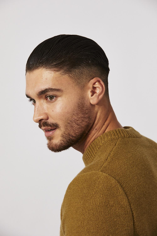 Homme aux cheveux bruns et lisses