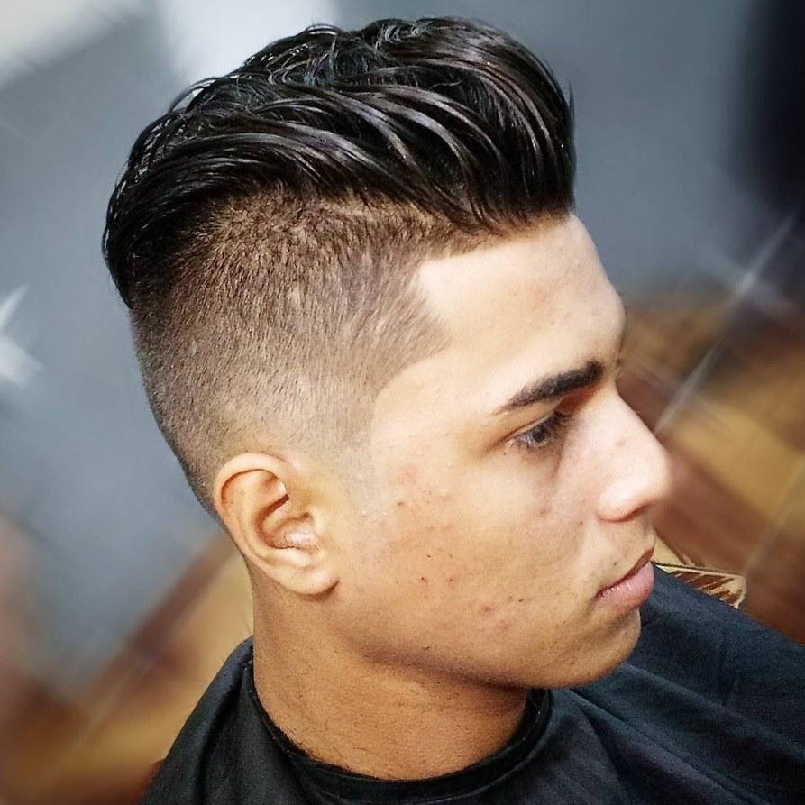 homme avec une coupe de cheveux rasée et décolorée