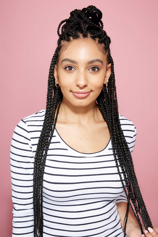 Longue boîte tresse les coiffures : Amra, rédacteur en chef de l'ATH, avec des tresses longues et une coiffure en chignon mi-hauteur