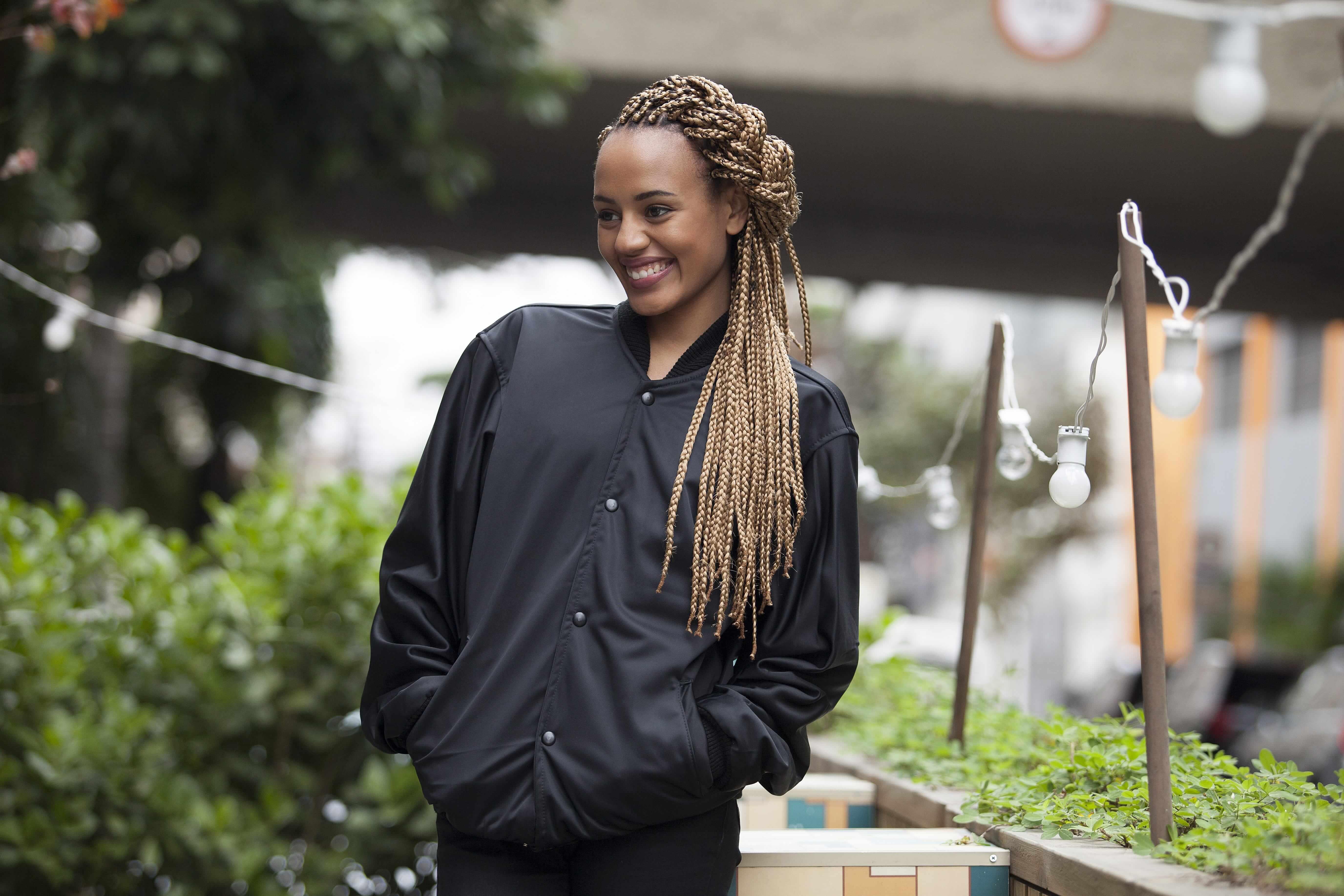Images de tresses de boîtes : Jeune femme noire avec une couronne nouée mi-haute, mi-bas