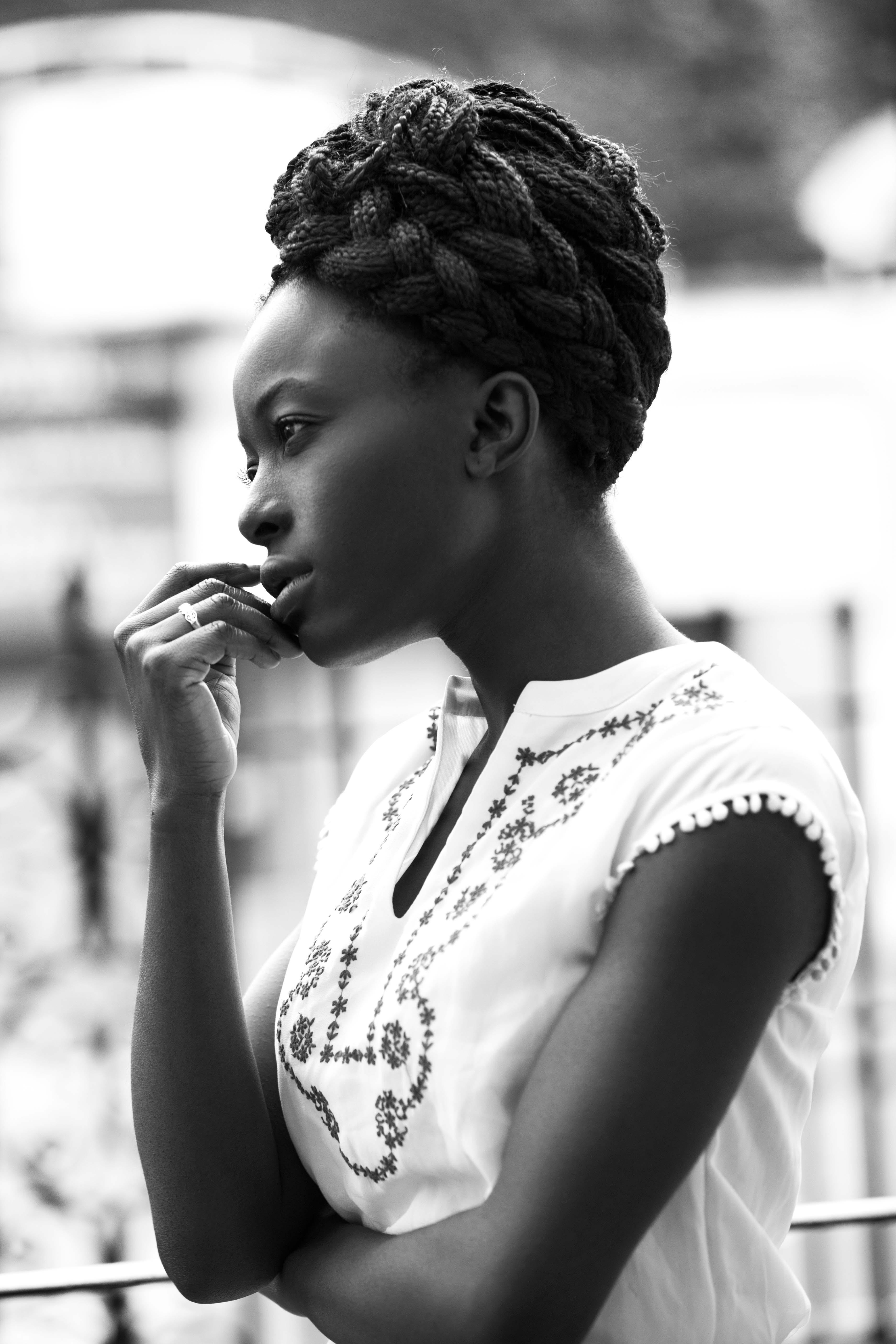 Coiffures pour tresses en boîte : image en noir et blanc d'une jeune femme noire avec une tresse en boîte tressée en un updo
