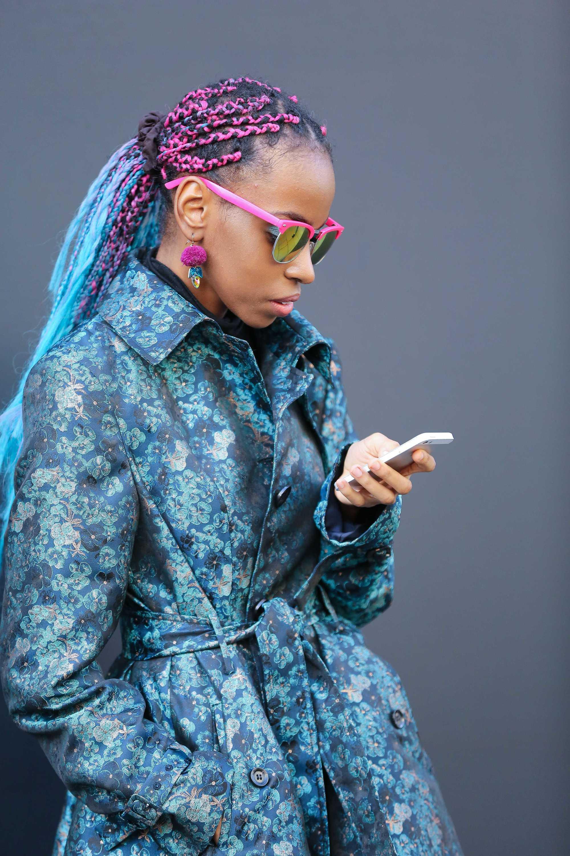Longue boîte tresse les coiffures : Photo de rue d'une femme avec de longues tresses colorées en queue de cheval