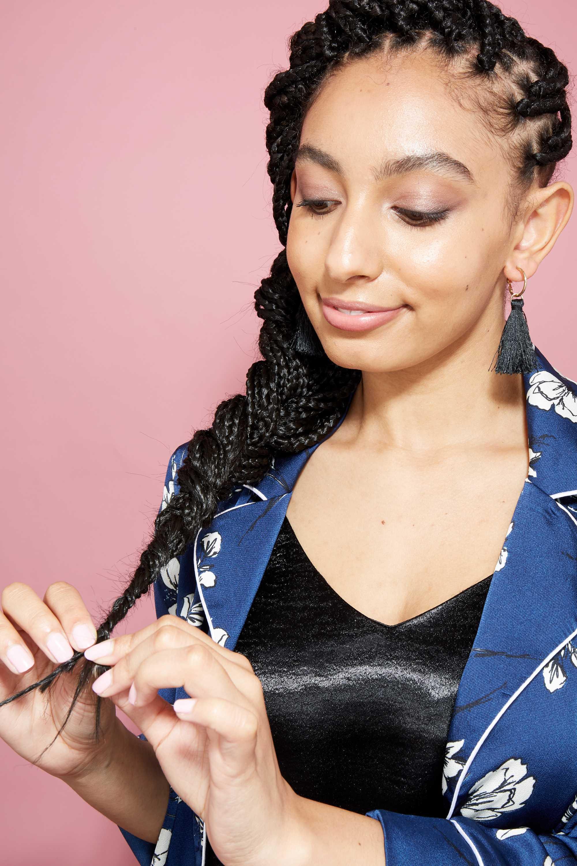 Longue boîte tresse les coiffures : Amra, éditeur de l'ATH, avec des tresses longues dans une tresse de côté