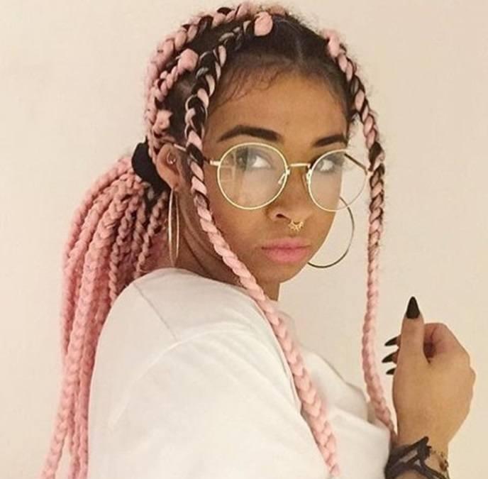 box braids ponytail : femme avec des tresses roses en forme de boîte, coiffée en queue de cheval