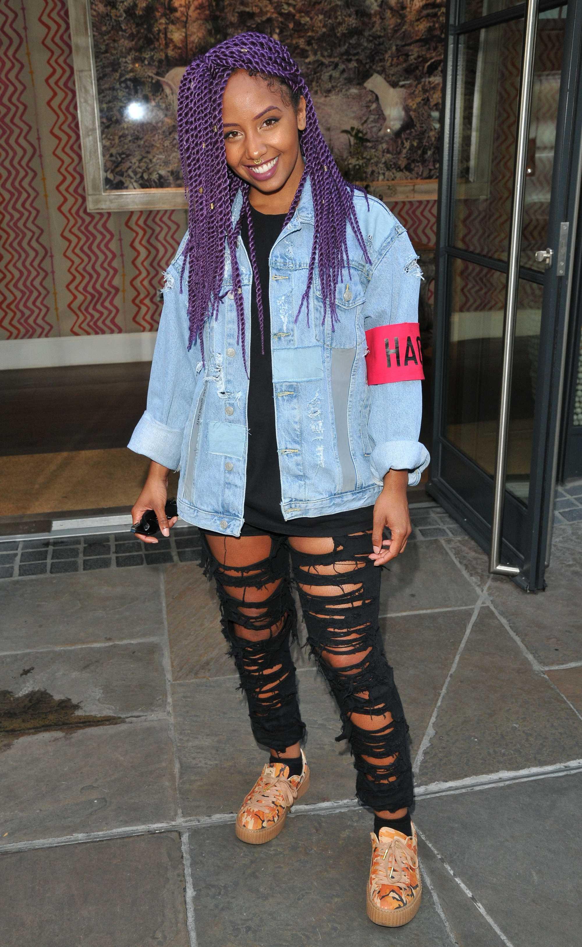 Coiffures avec des tresses en boîte : Jade Avia avec des tresses de boîte colorées en violet stylisant des tresses de boîte sur le côté