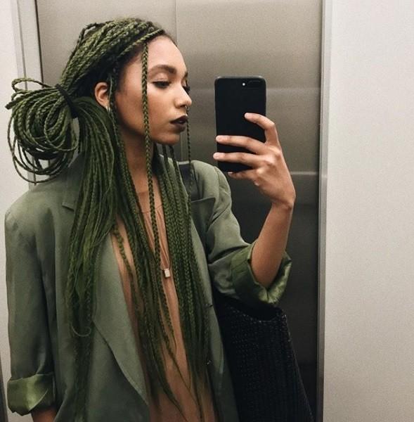 plan d'une femme avec des tresses de queue de cheval vertes défait, tourné dans l'ascenseur