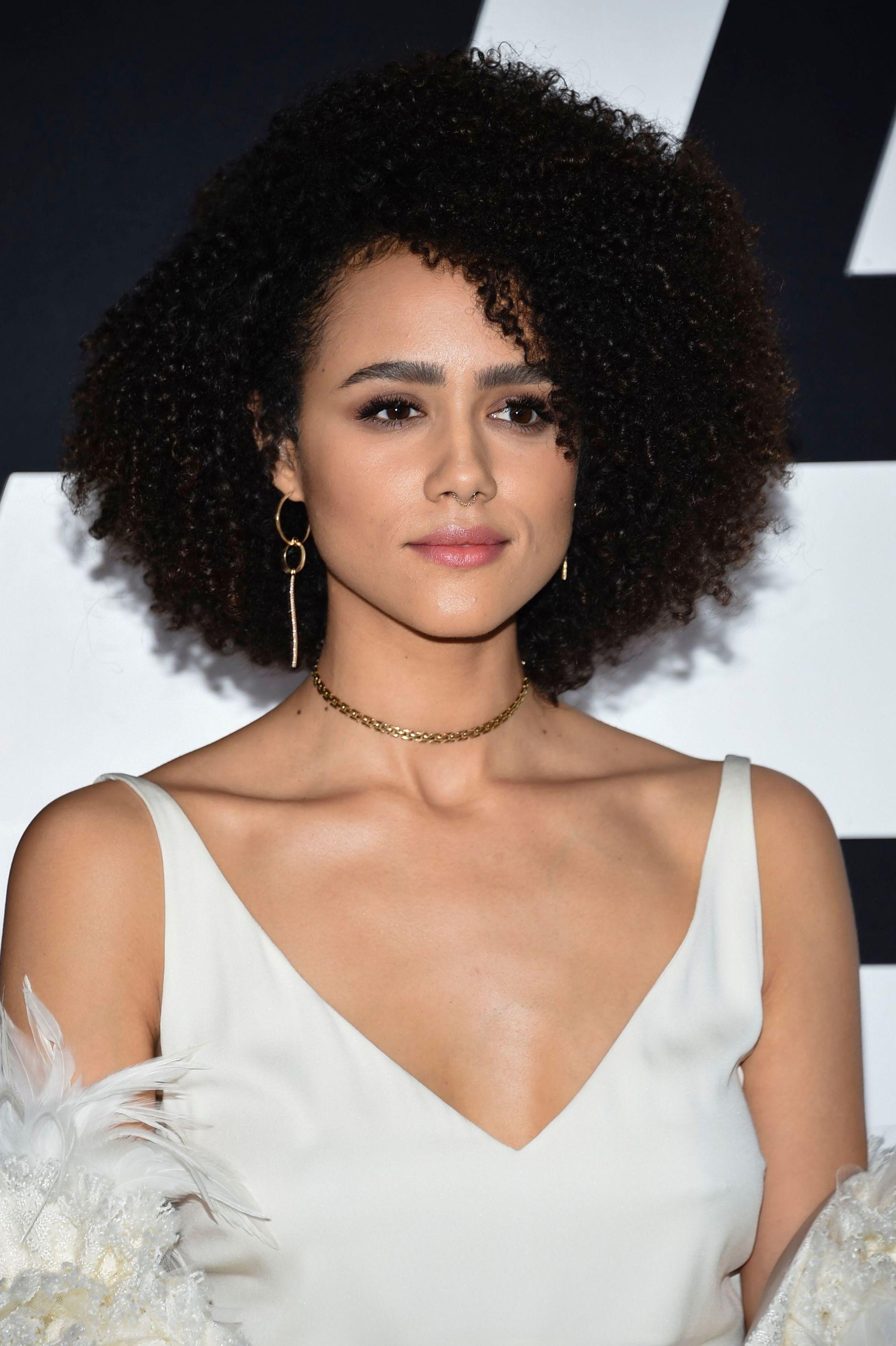 Nathalie Emmanuel avec des cheveux bruns bouclés