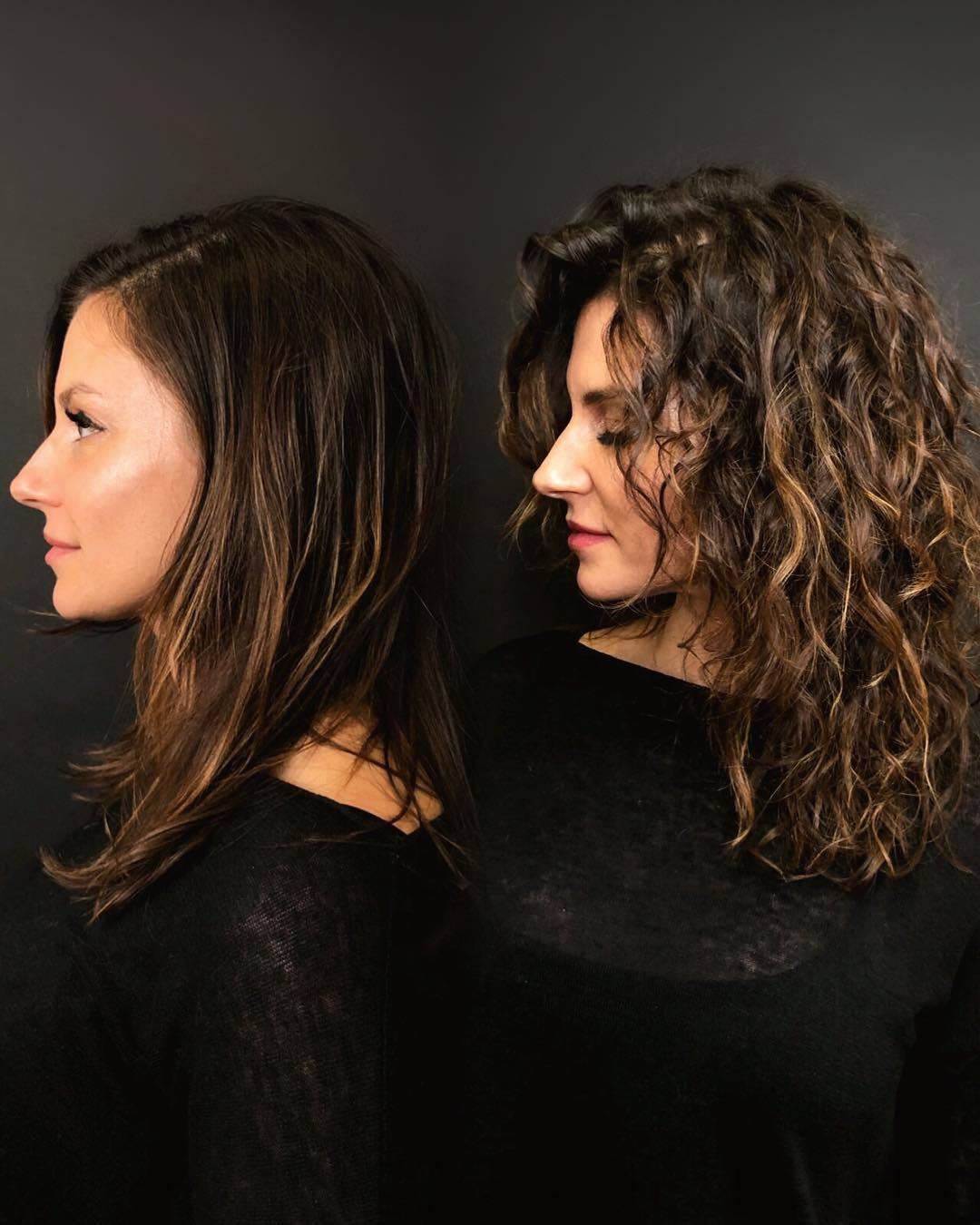 femme aux cheveux raides avant et aux cheveux bouclés permanentés après