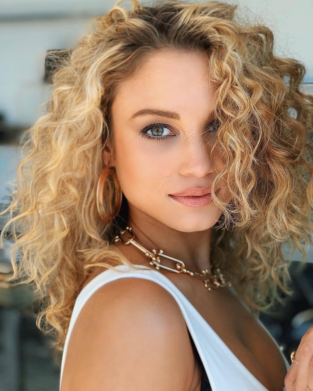 femme avec une permanente blonde bouclée