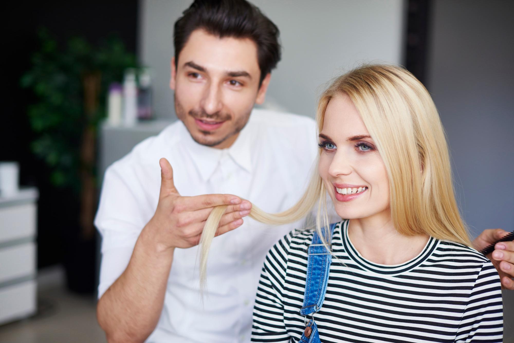 Une femme se fait évaluer par un coiffeur