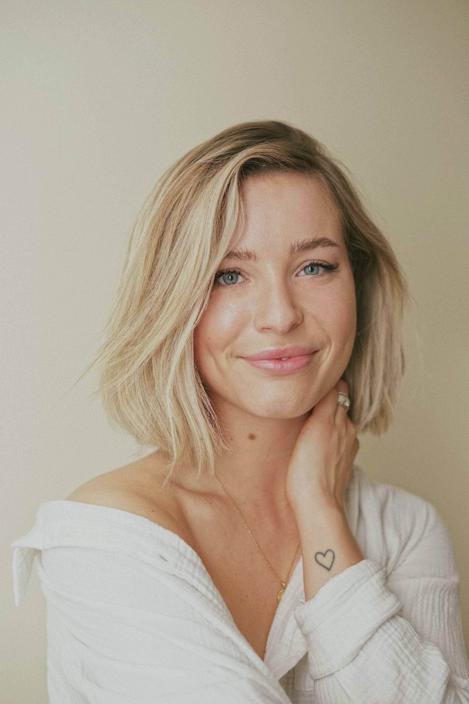 Femme aux cheveux courts blonds, souriante