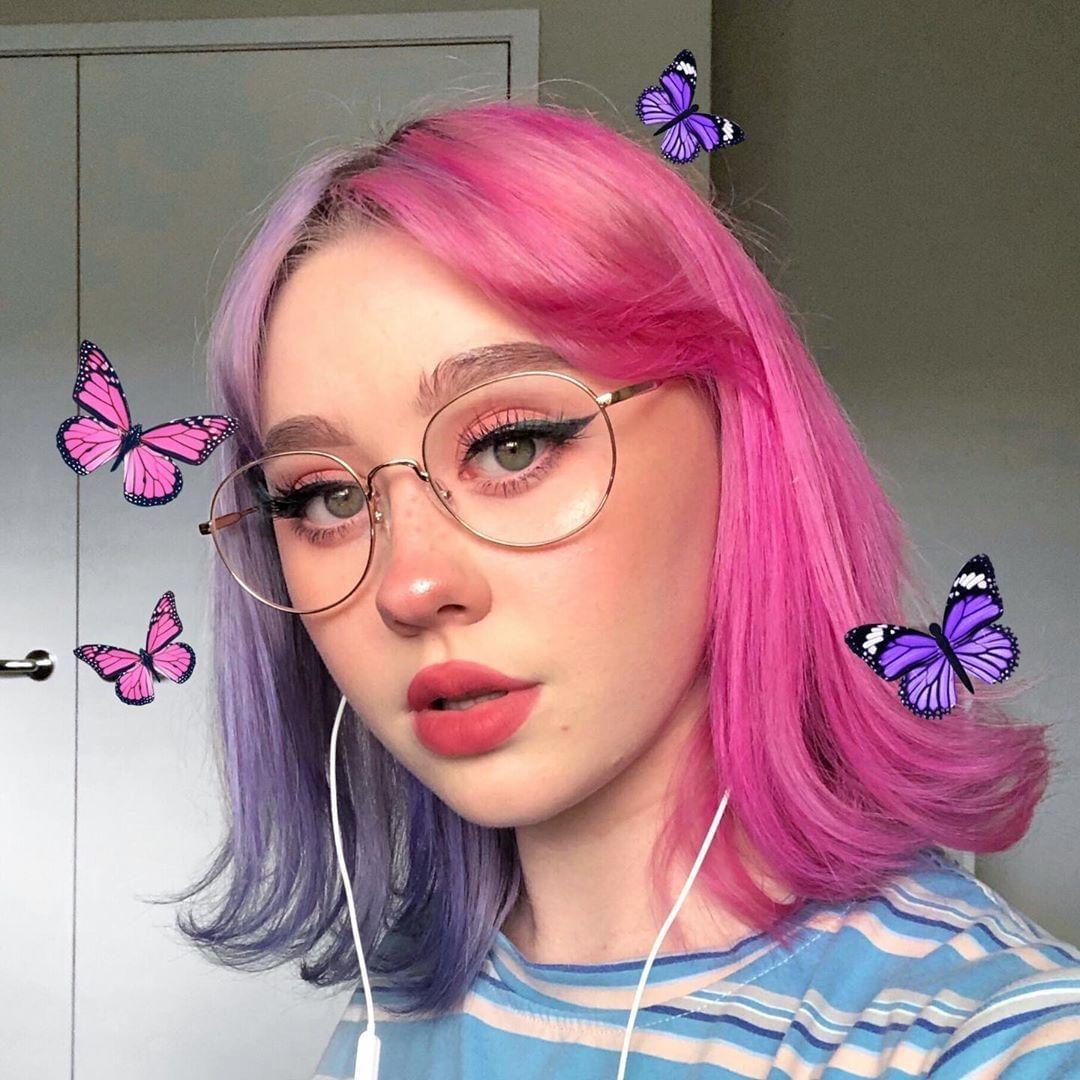 Femme aux cheveux bicolores lilas et rose e girl
