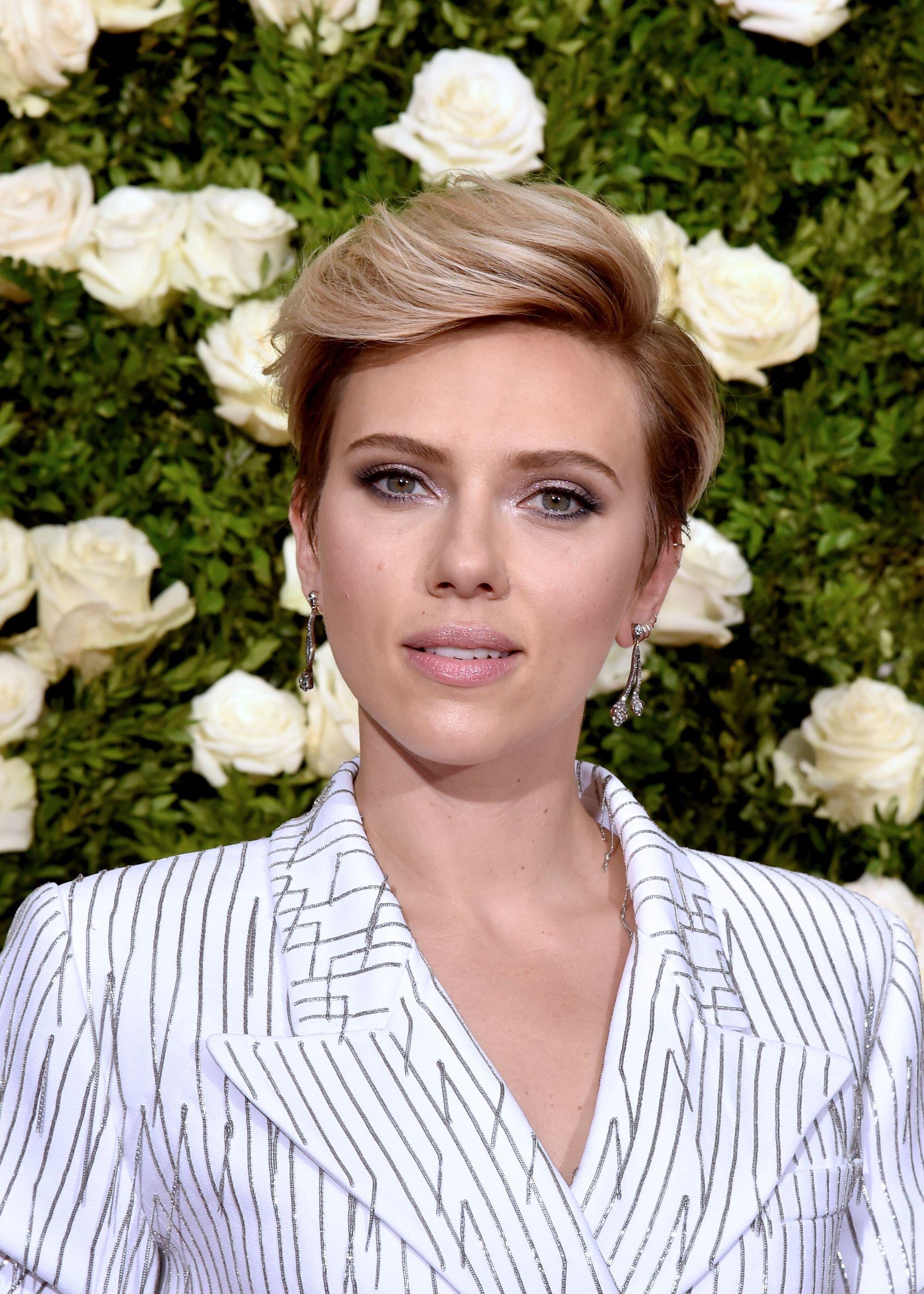 Scarlett Johansson avec une coupe de lutin blond platine