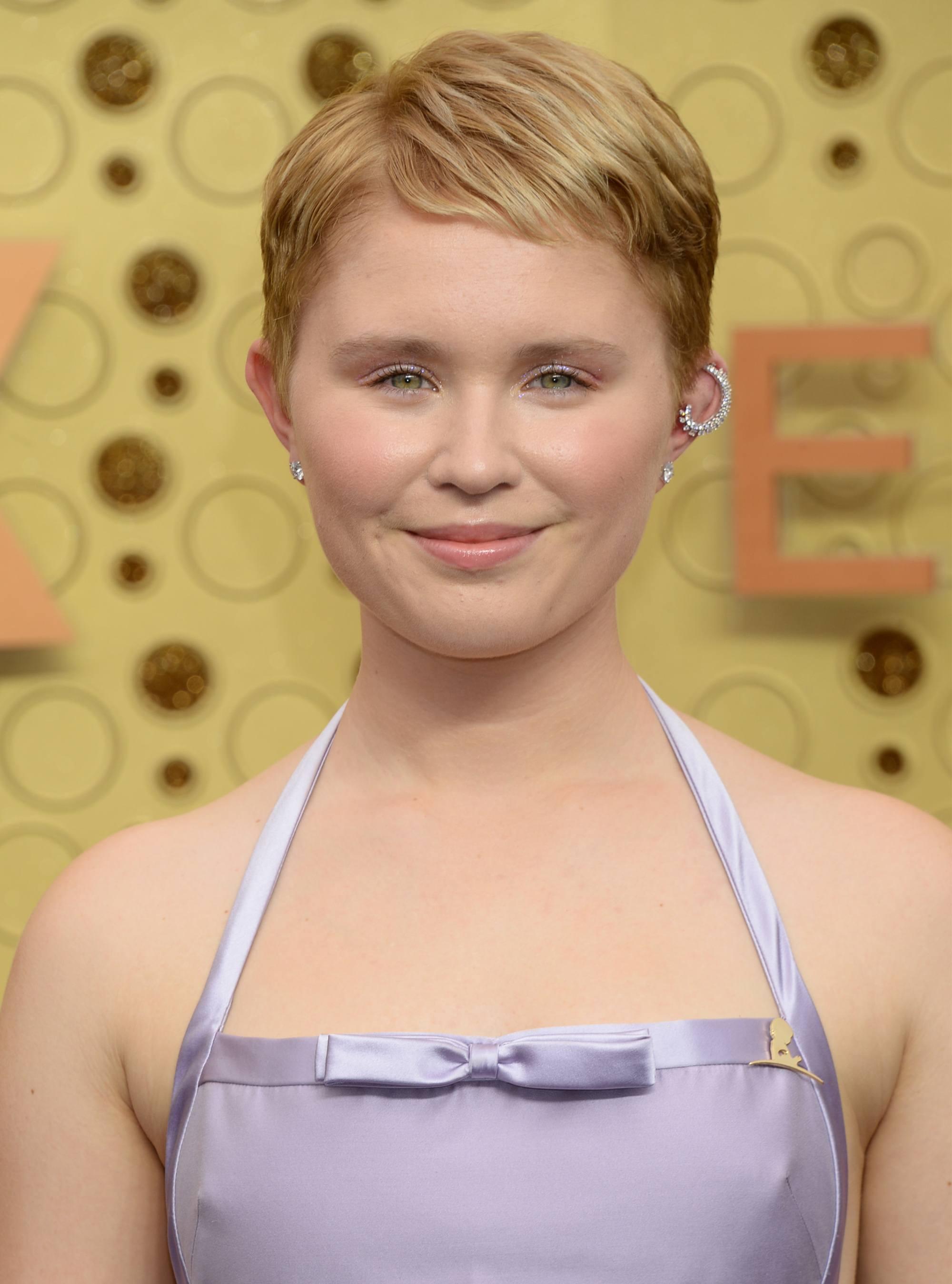 Eliza Scanlen avec une coupe de lutin courte d'une blonde fraise