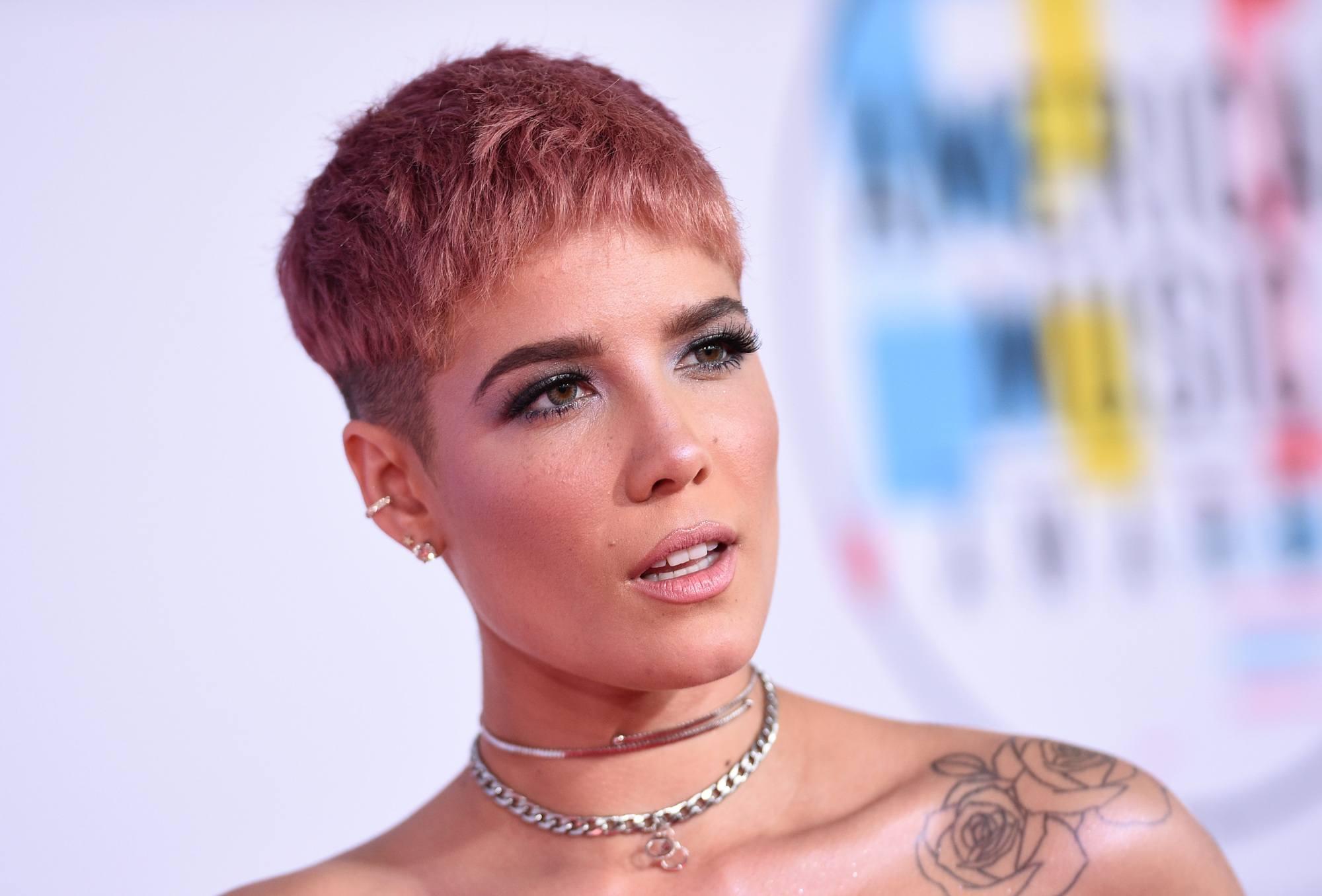 Halsey avec une coupe de cheveux rose et courte avec une sous-coupe