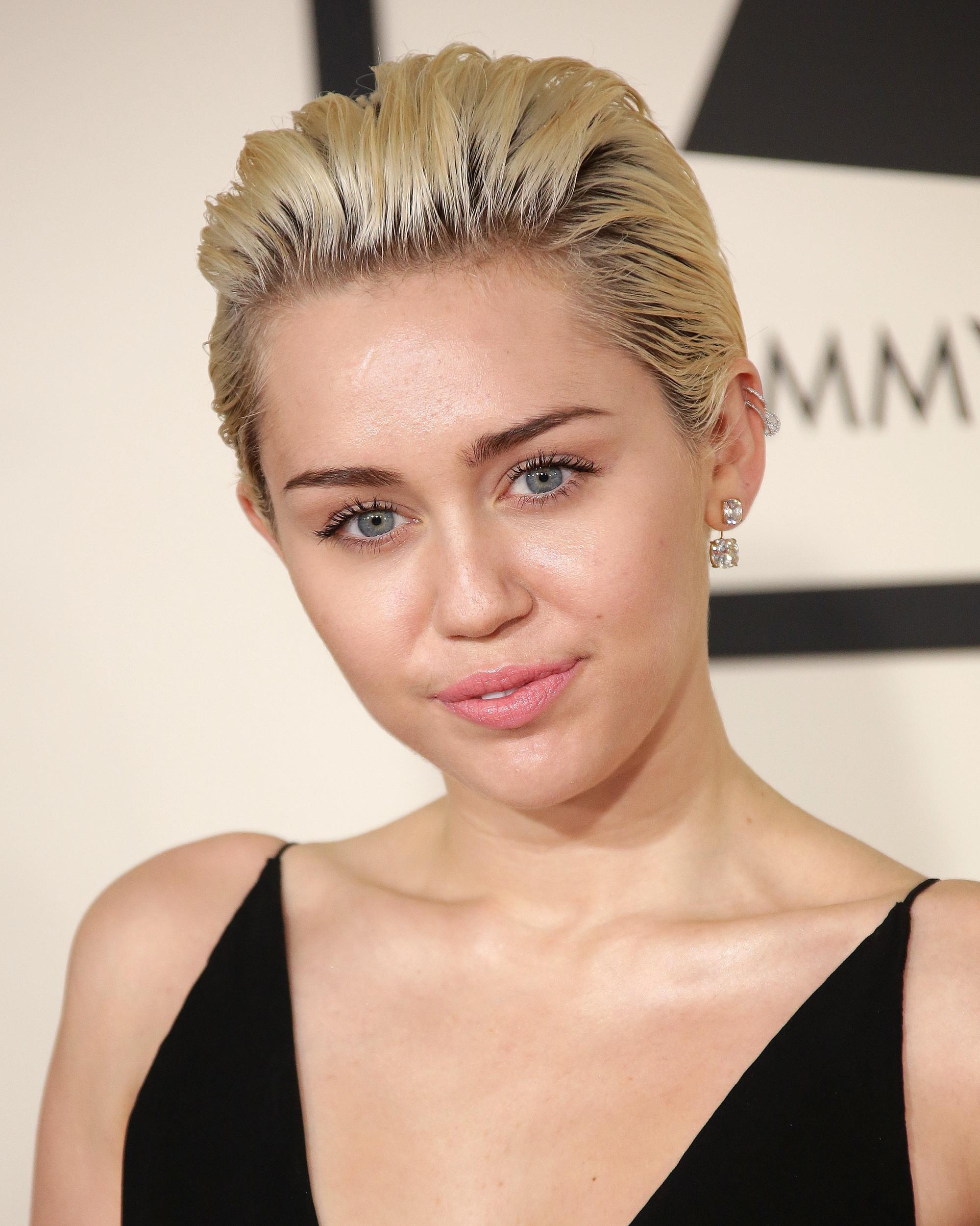 Miley Cyrus avec une coiffure de lutin balayée par une blonde platine