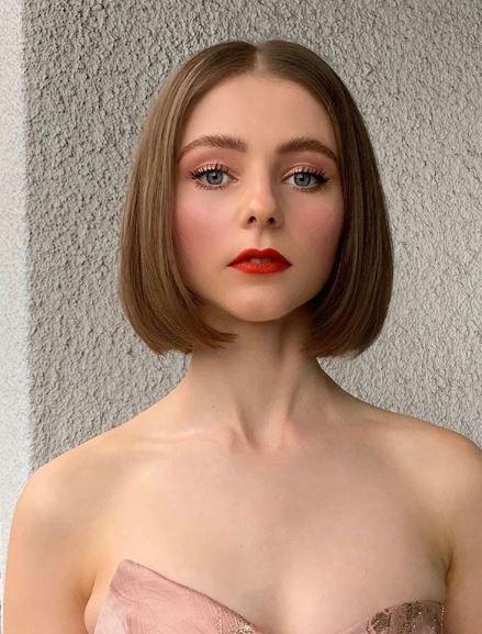 Femme au bob droit brun