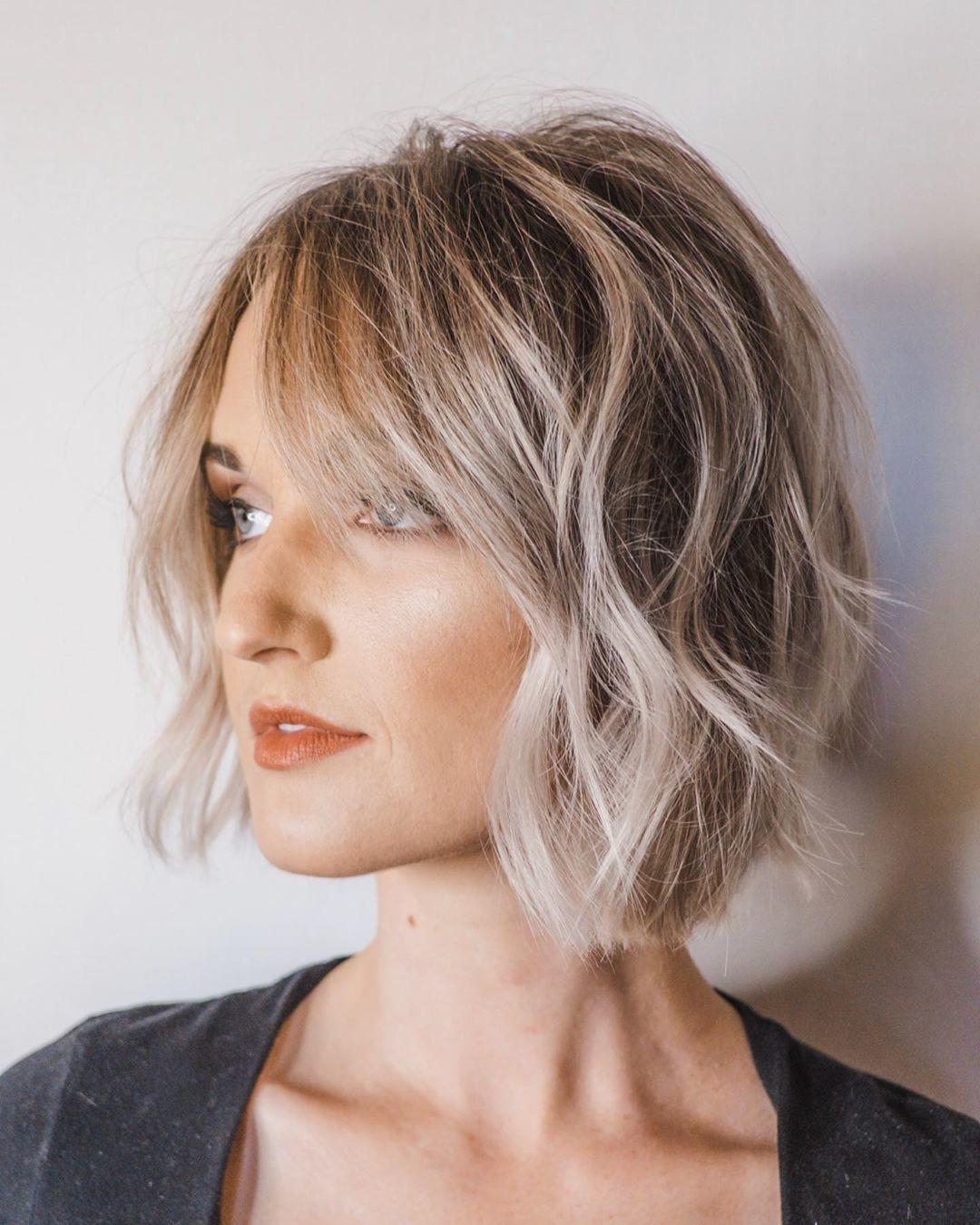Femme au bob blond texturé avec des couches subtiles