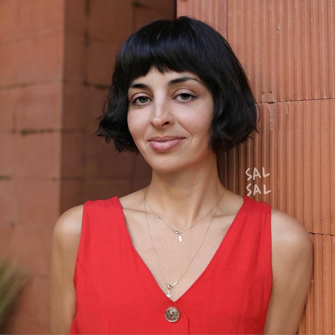 Femme brune foncée aux joues longues et courtes