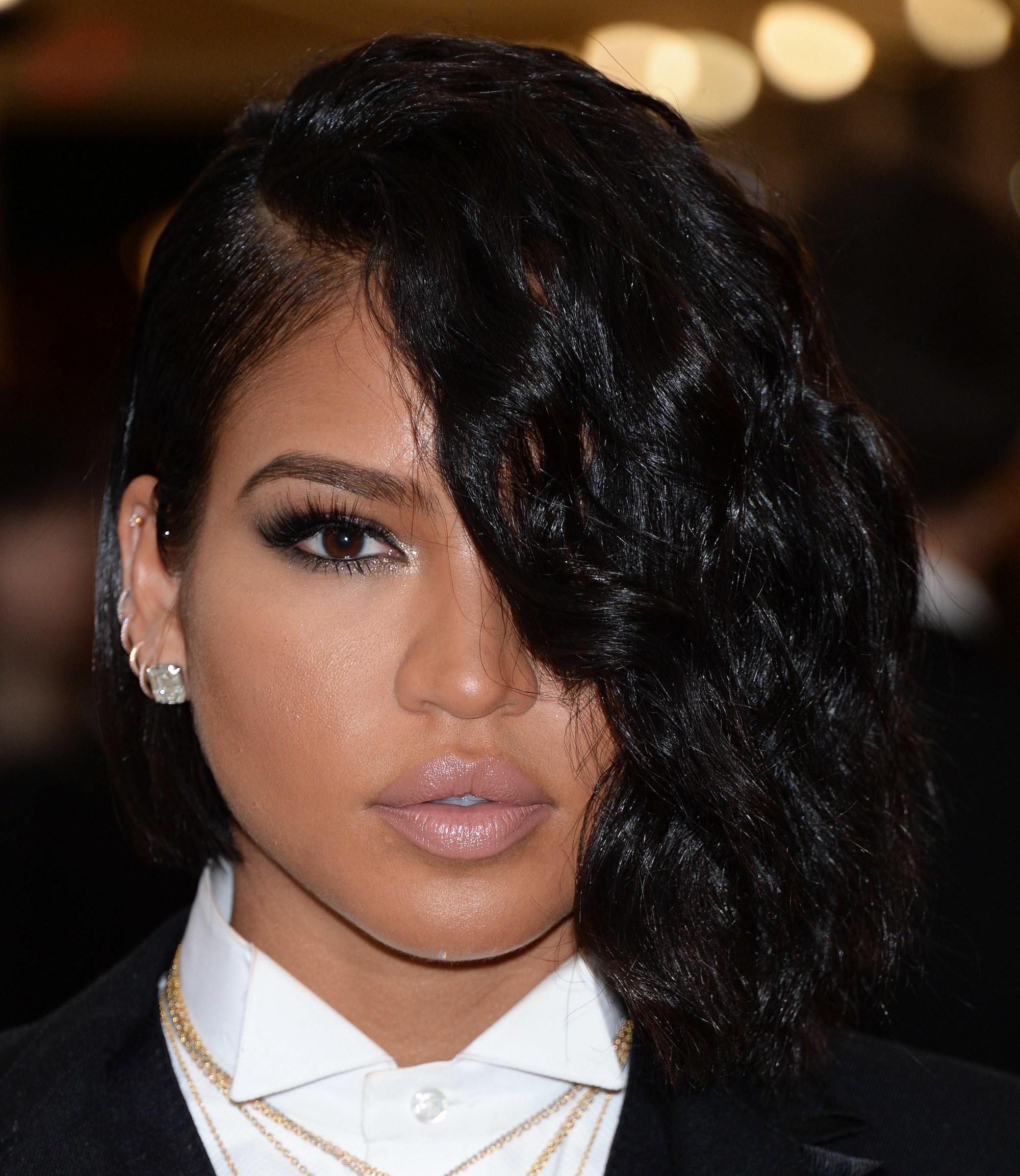 Les coiffures de Bob : Cassie Ventura avec une coupe de bob sombre avec une longue frange balayée sur le côté qui couvre son œil sur le tapis rouge