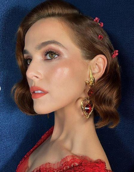 Femme au bob ondulé auburn avec accessoires floraux