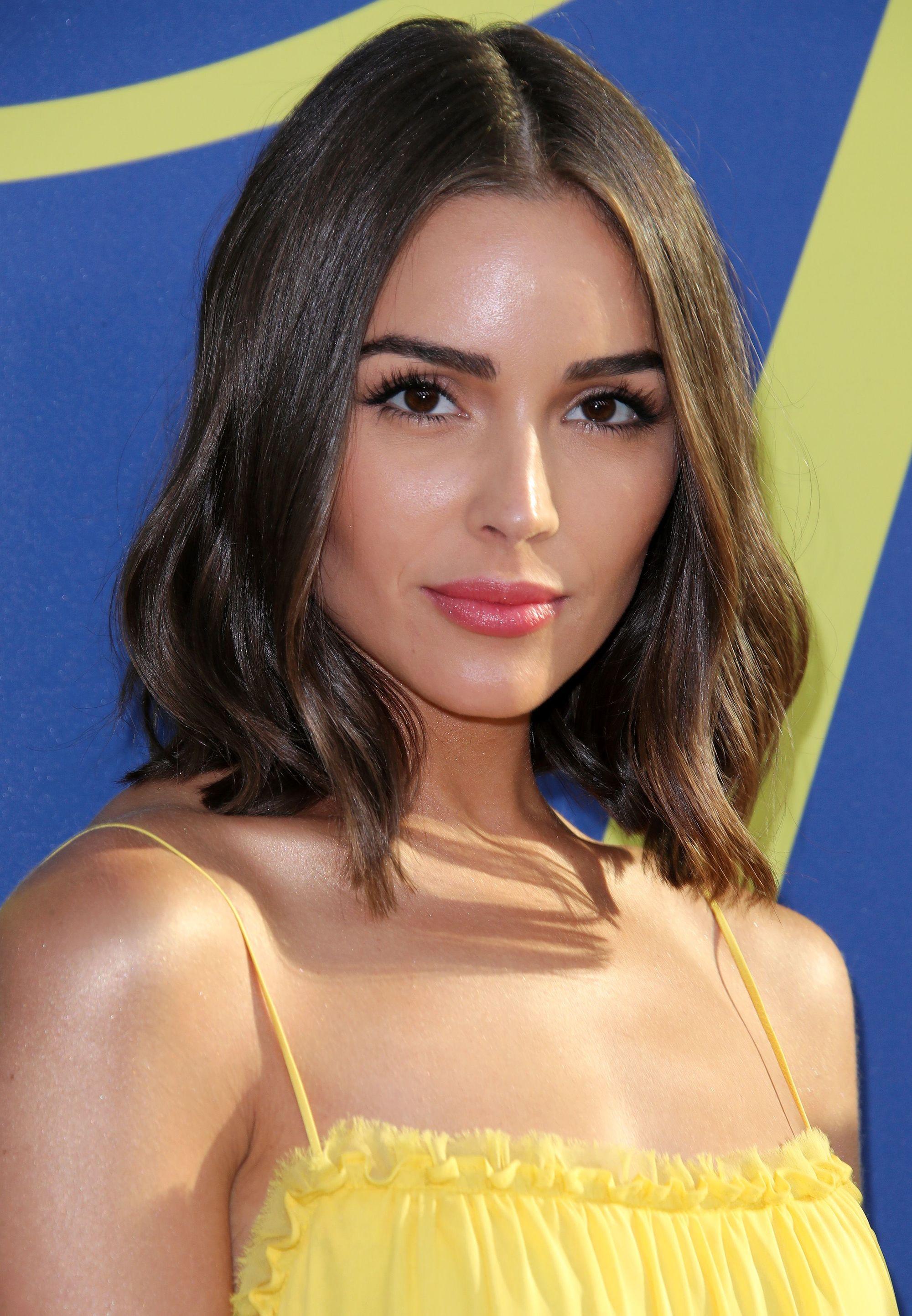 Femme avec une coupe de bob français brune