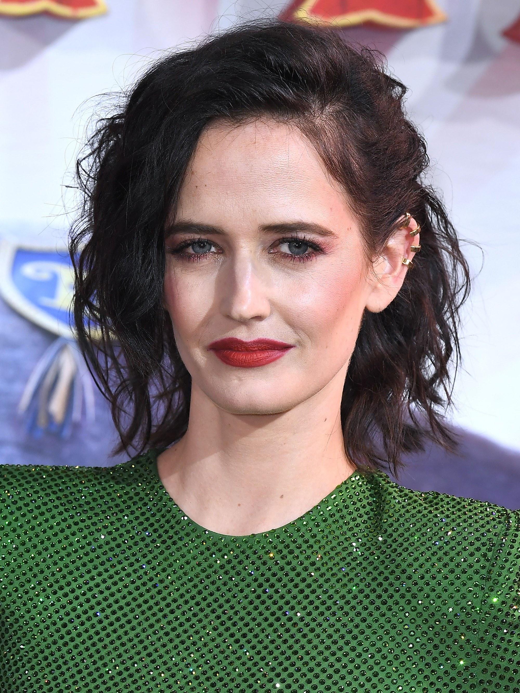 Des coiffures de Bob pour des cheveux fins : Eva Green avec une coiffure de bobs noirs, portant du vert sur le tapis rouge