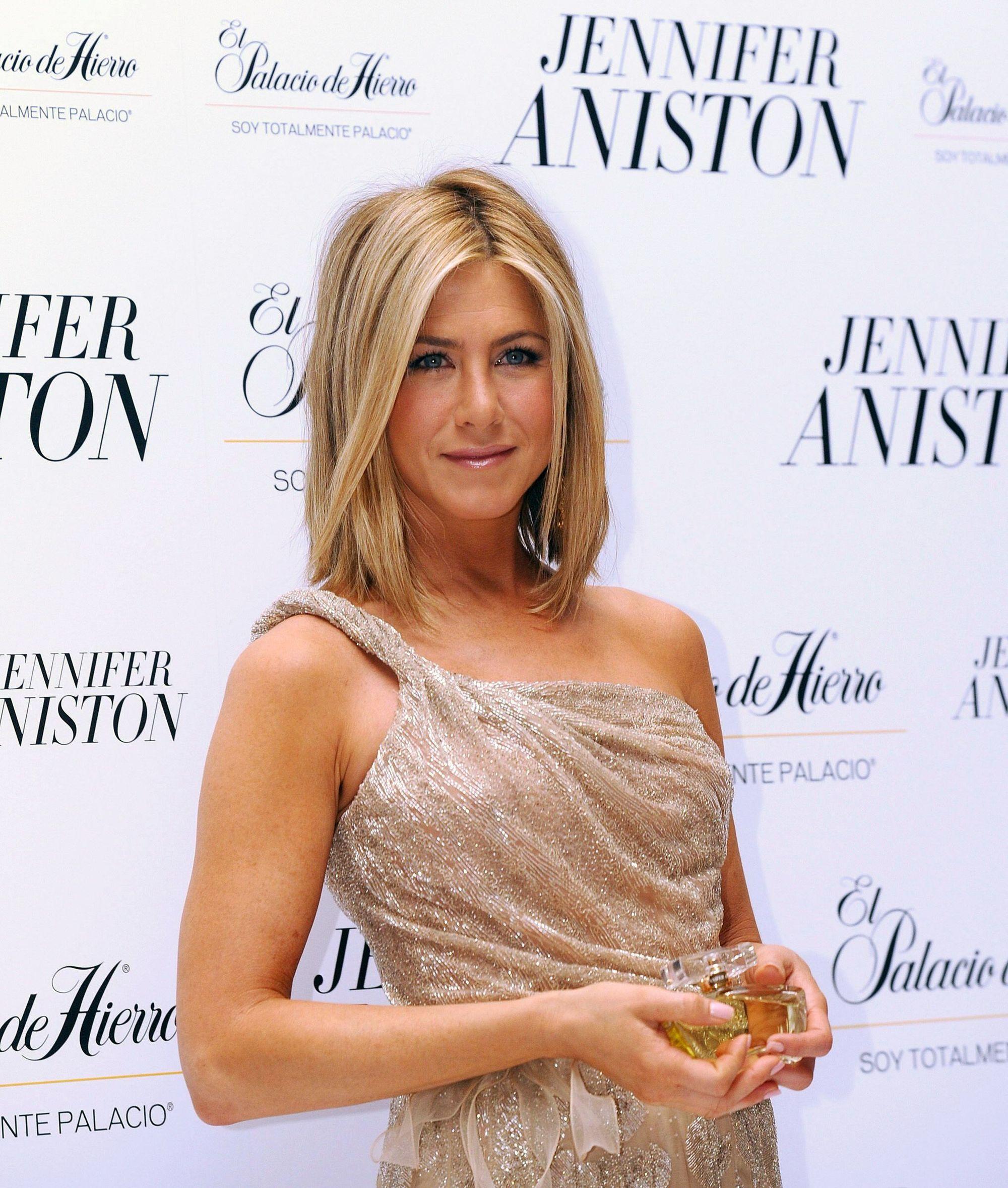Jennifer Aniston avec bob blond surligné