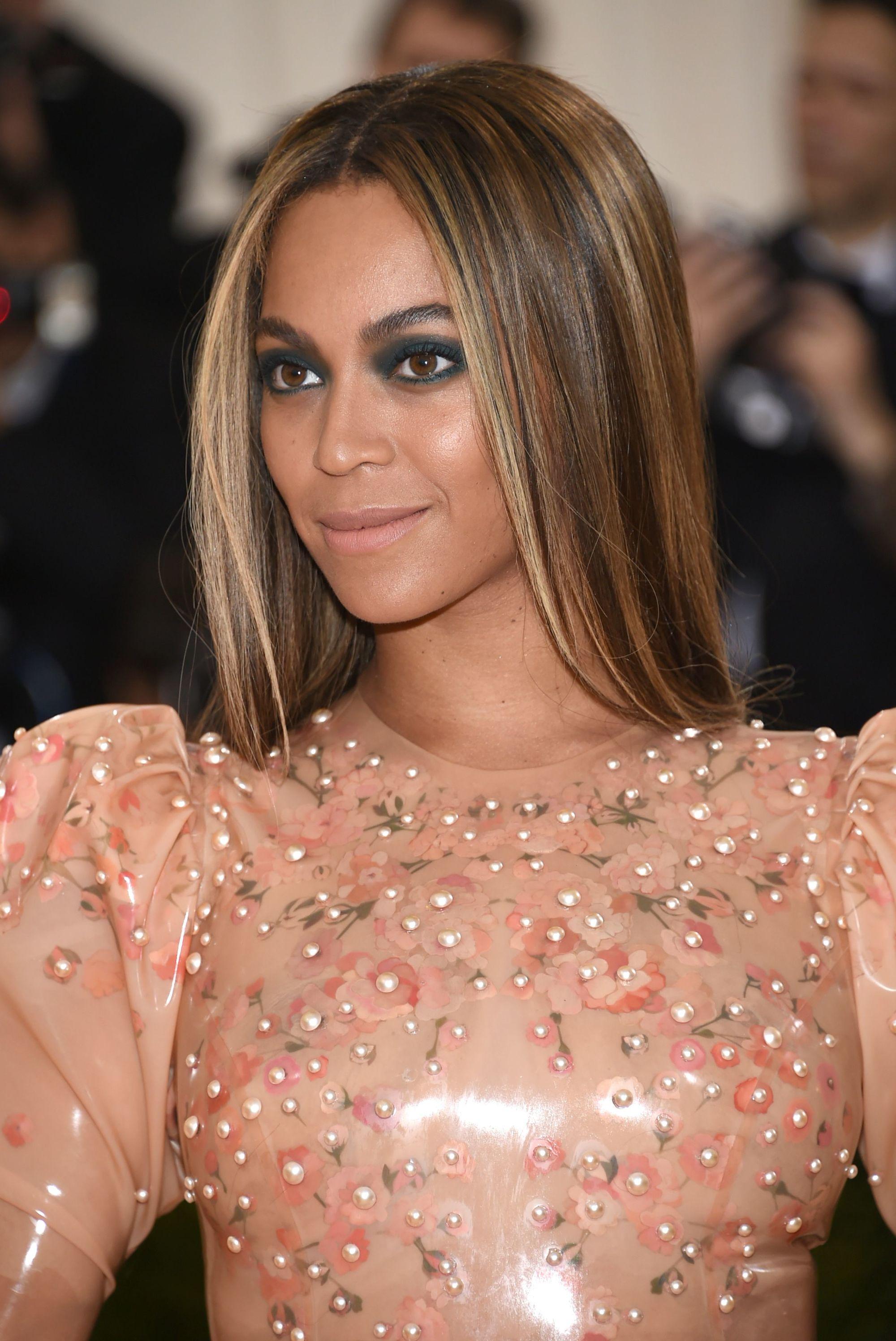 Les points forts et les points faibles : Beyonce avec de longs cheveux bruns raides et un maquillage des yeux foncé.