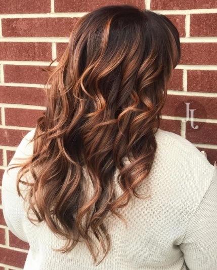 Vue de dos d'une femme aux cheveux bouclés et cuivrés