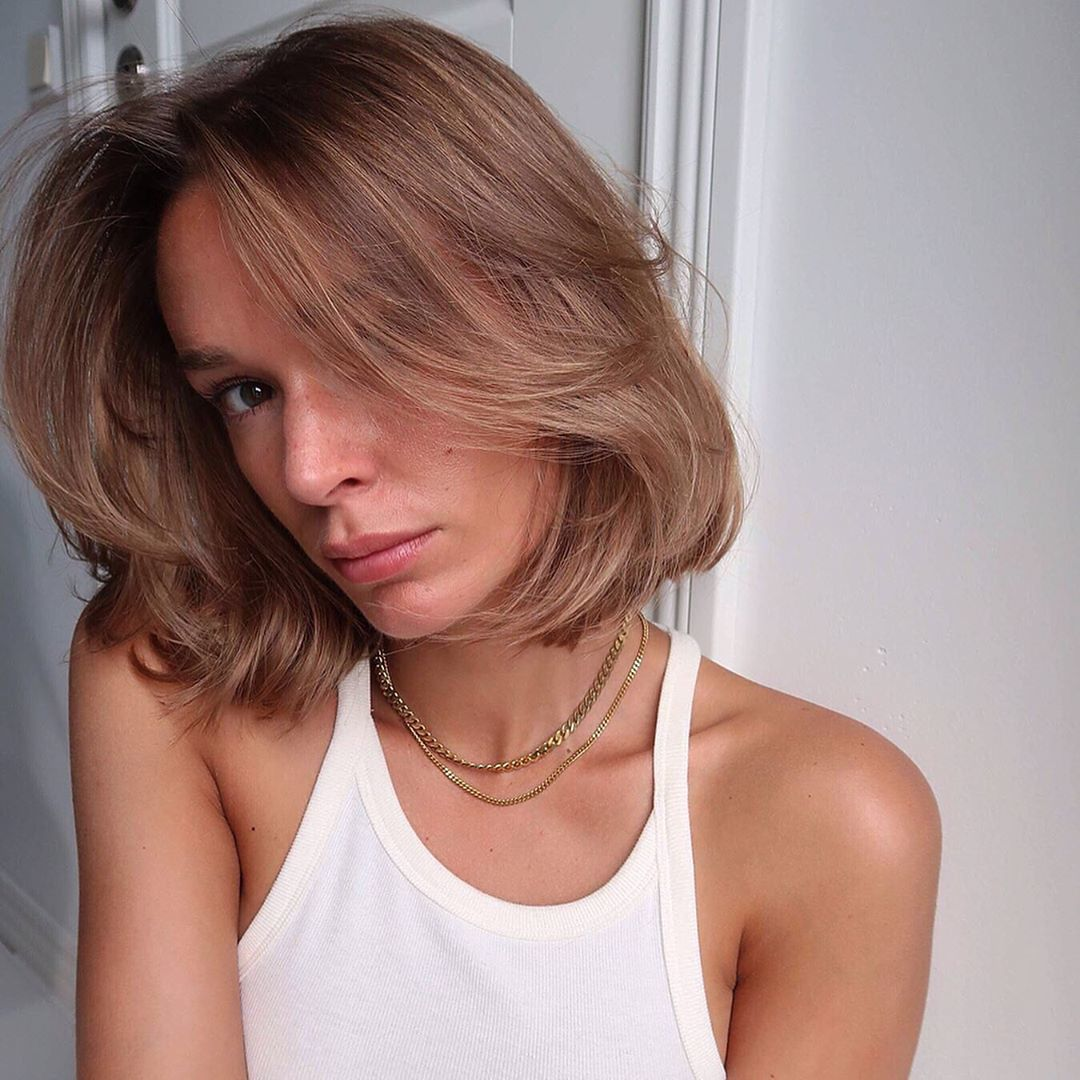 Femme à la chevelure fine et au lobe brun clair