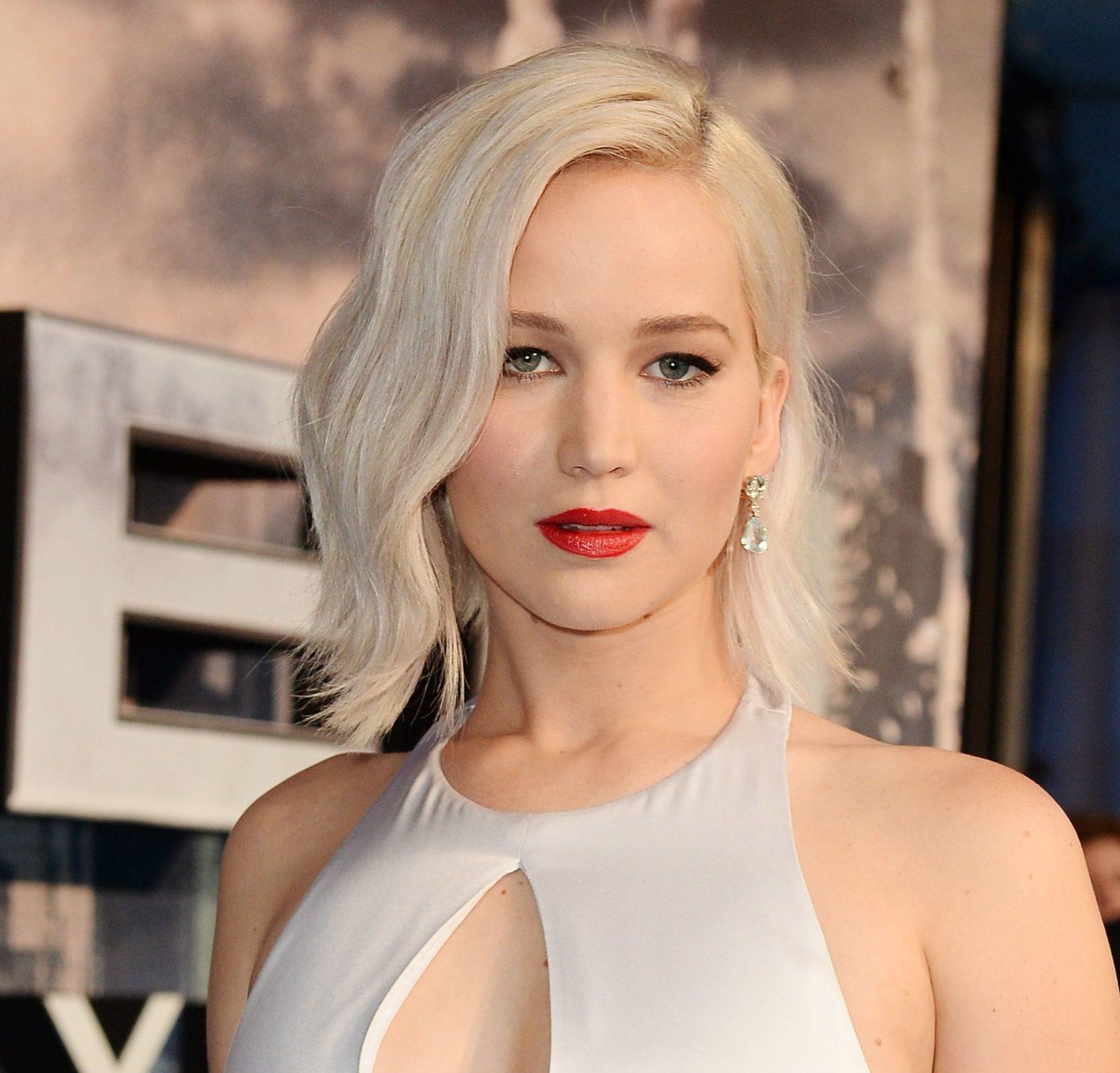 Jennifer Lawrence avec un lob ondulé d'une blonde platine