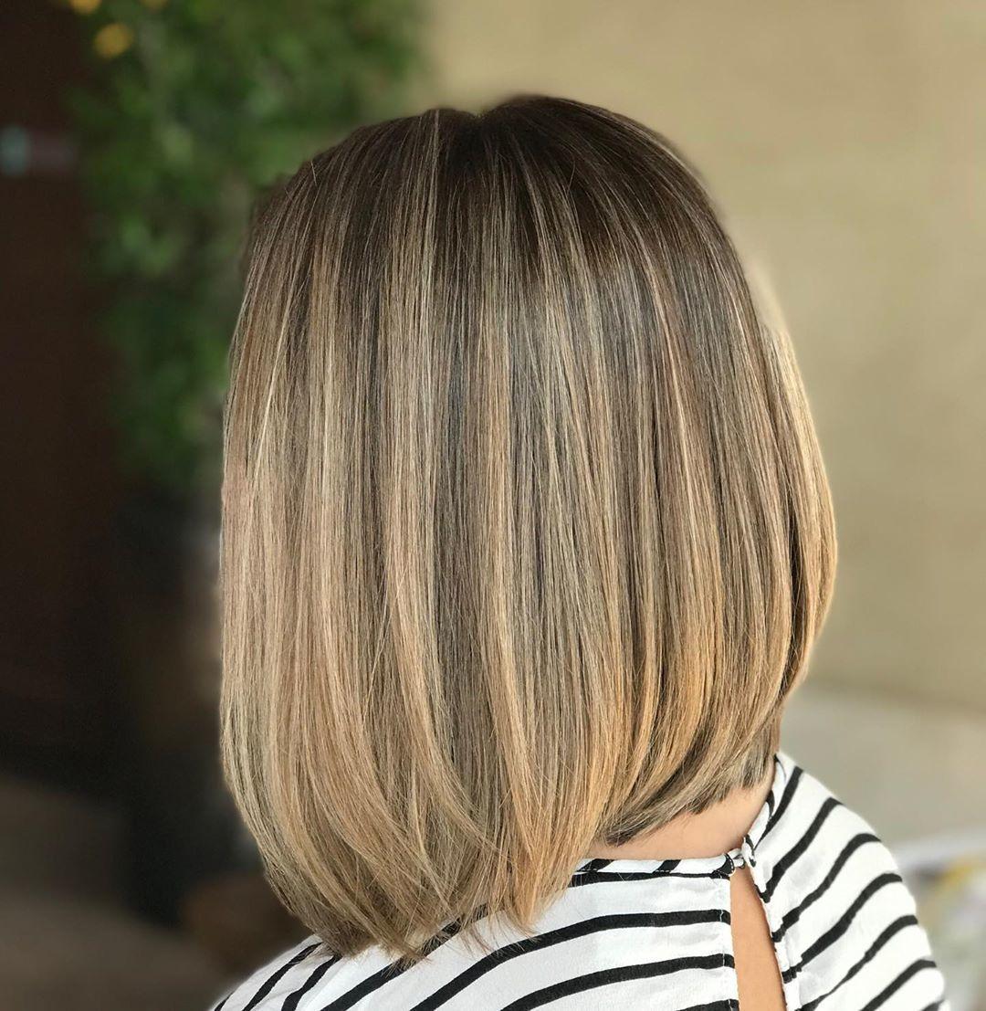 Femme avec une coupe de cheveux à lobes gradués