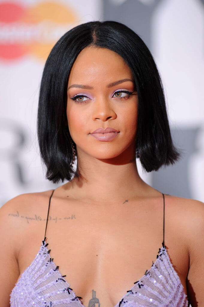 Rihanna avec sa longue coupe de cheveux au carré