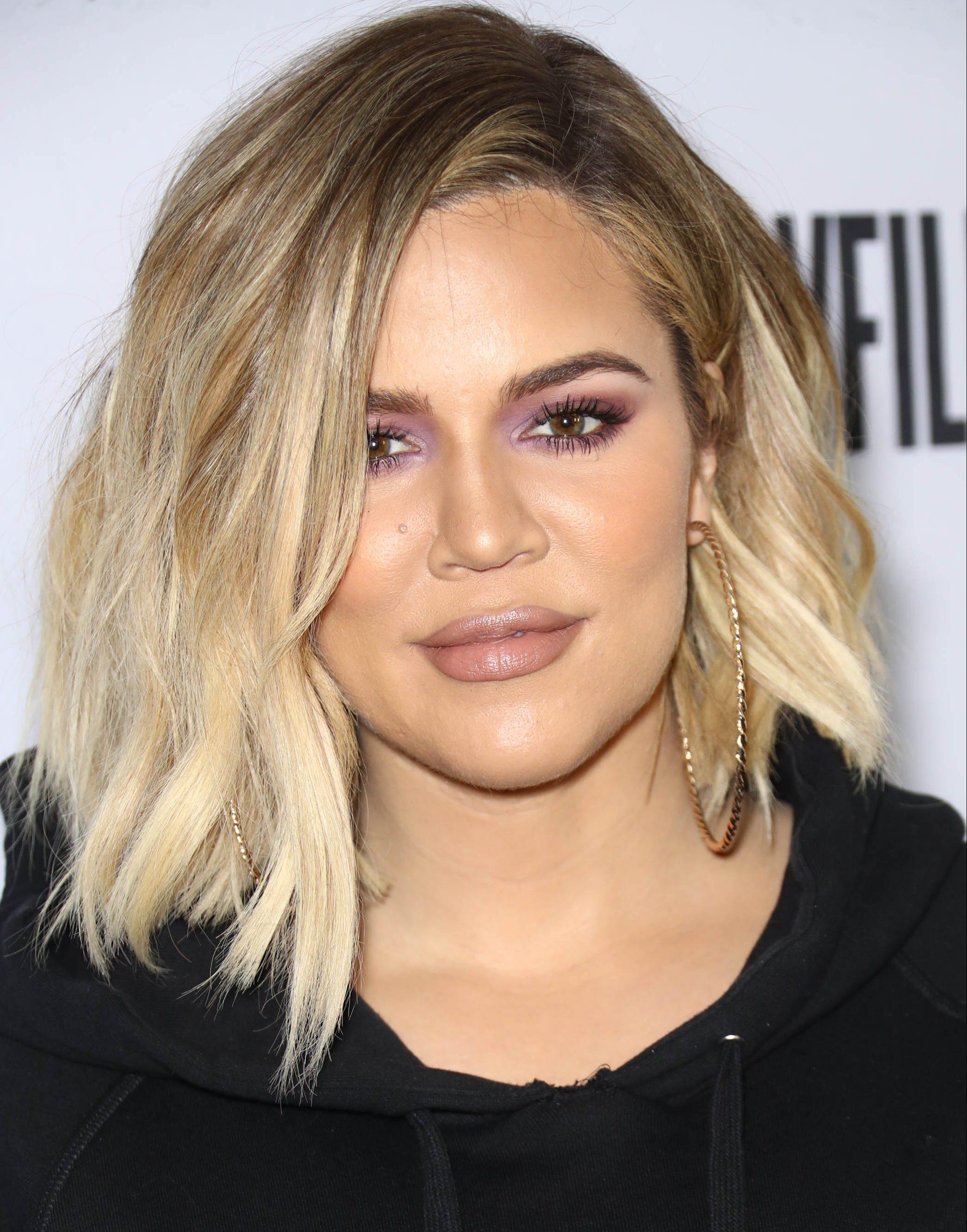 Khloe Kardashian avec un lob de balayage blond ondulé