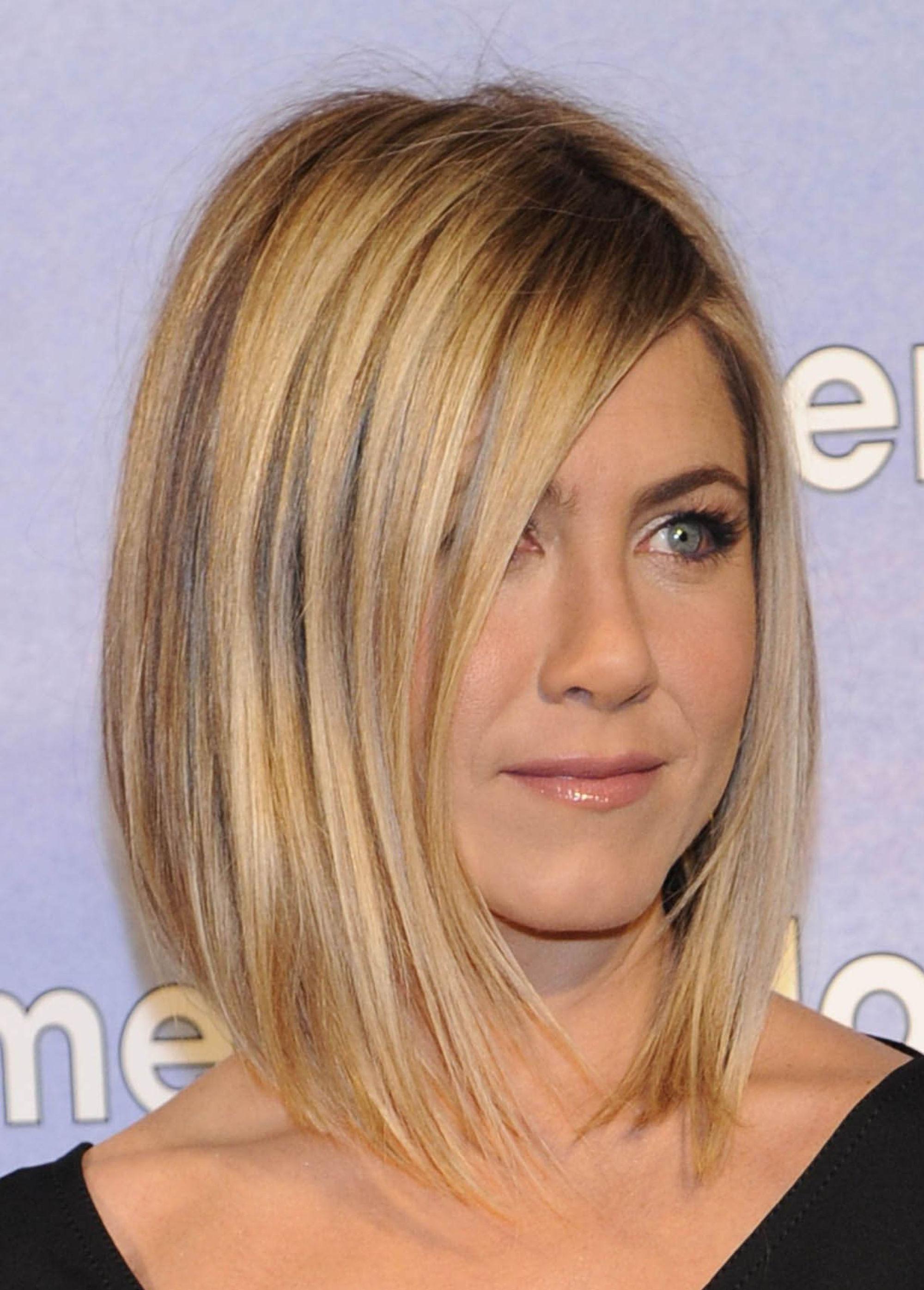 Jennifer Aniston avec un lob blond droit