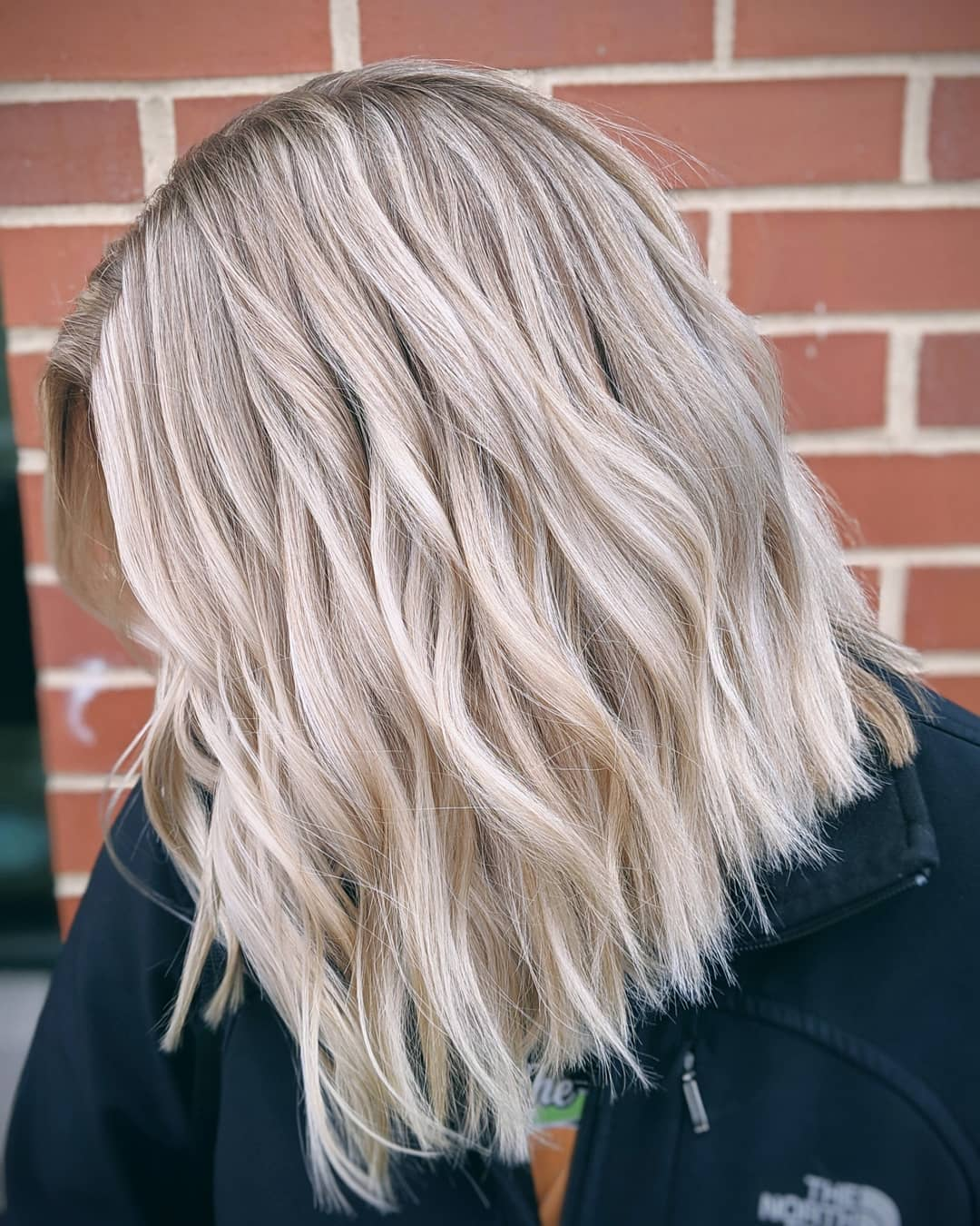 femme avec un lob ondulé blond