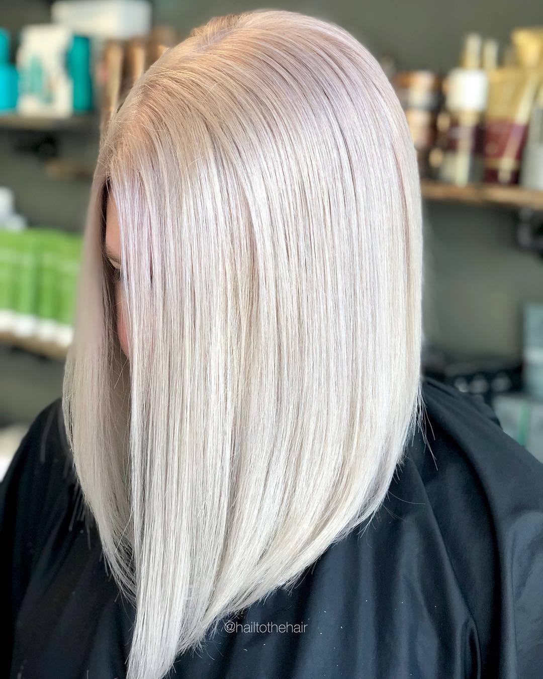 Femme avec une coupe droite en lobes de platine