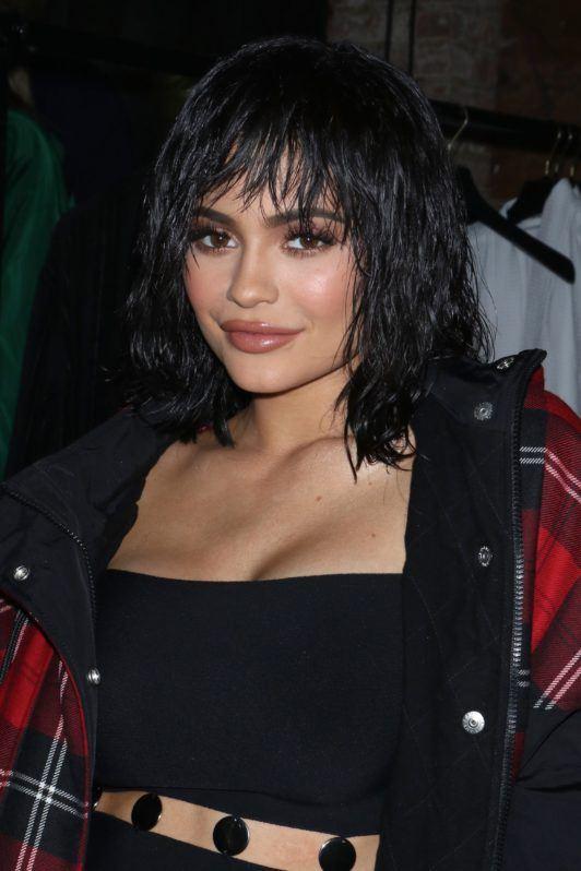 Kylie Jenner avec une coupe de cheveux longs et hirsute