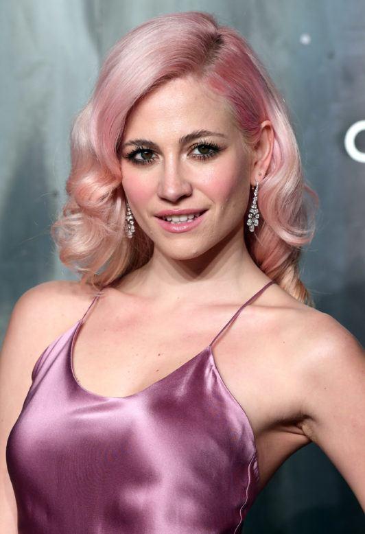 Pixie Lott avec une coupe de cheveux rose pastel