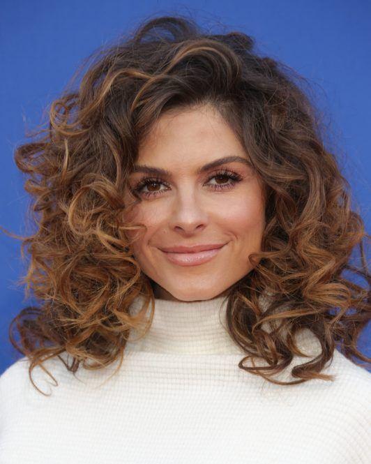 Maria Menounos avec une coupe de cheveux longs bouclés et bruns