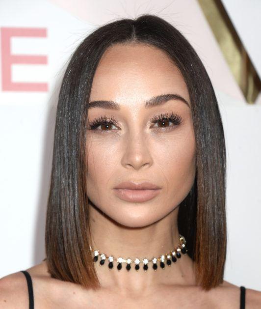 Cara Santana avec des cheveux bruns foncés et lisses à reflets bruns