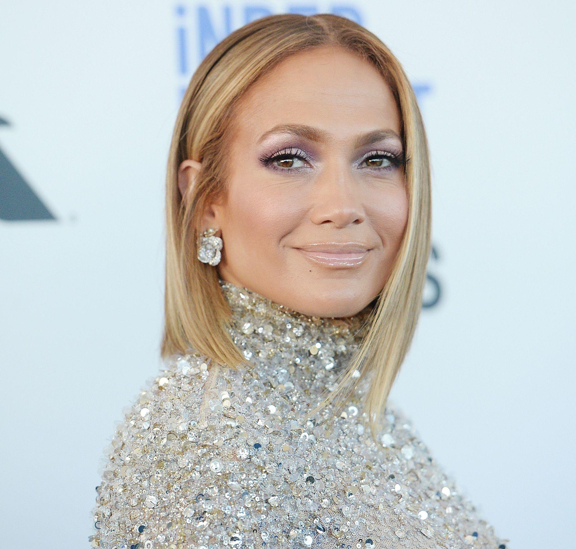 Jennifer Lopez avec une longue coupe de cheveux blonde caramel
