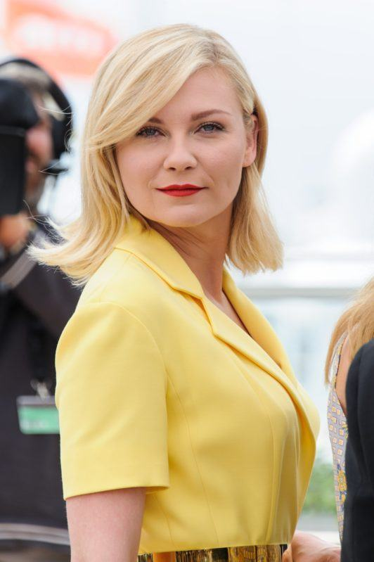 Kristen Dunst avec un long bob blond à la frange latérale