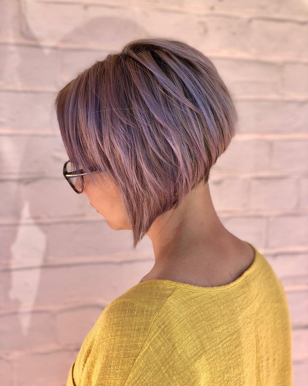 Coiffure au carré diplômée : Femme avec une courte coiffure lilas graduée au bob, portant du jaune et posant à l'extérieur