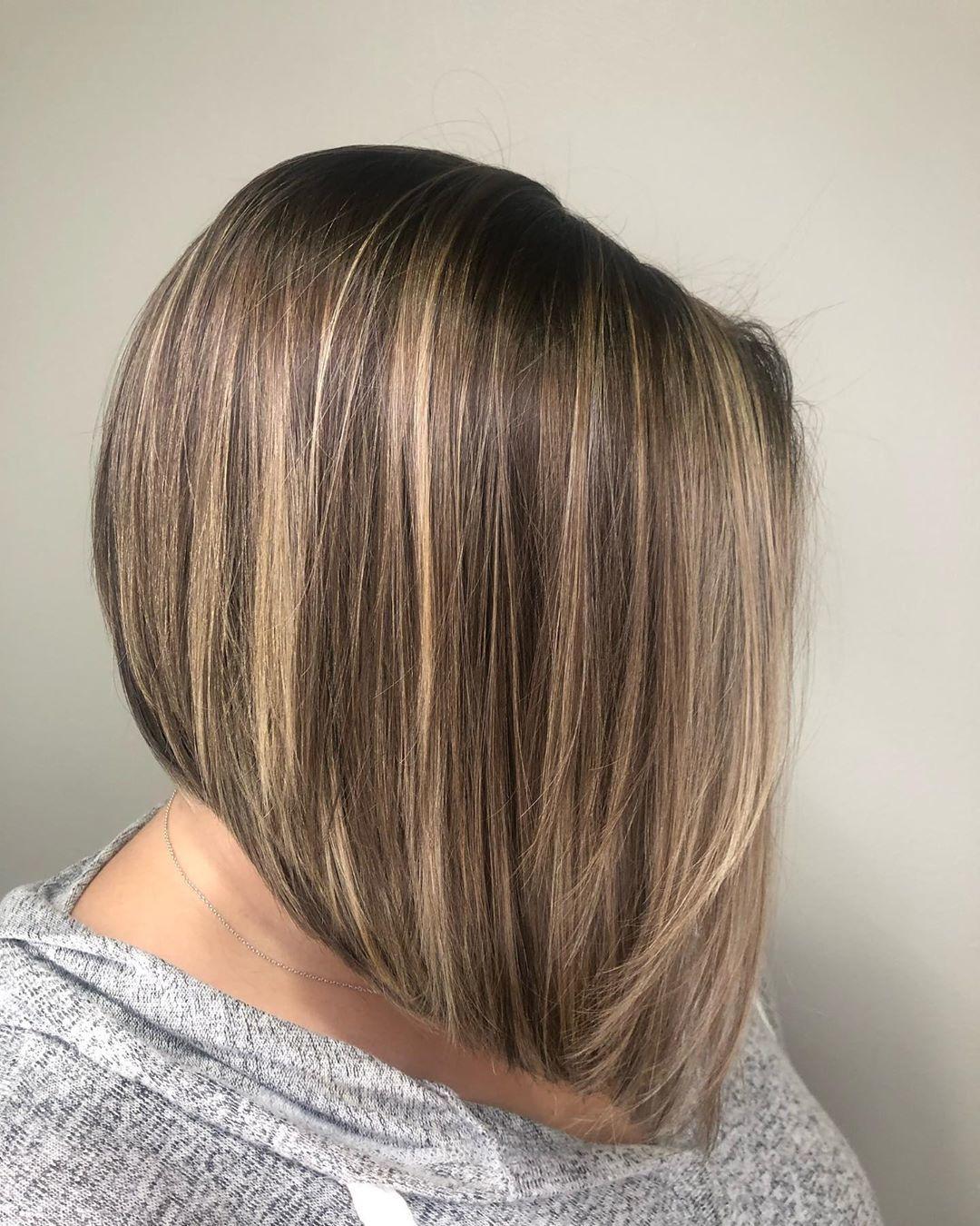 Femme aux cheveux bruns doux et courts, coupés avec du papier aluminium blond